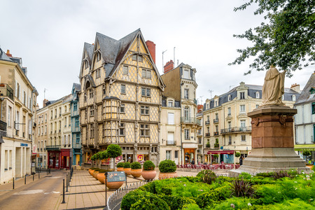 anjou: ANGERS, FRANCIA - agosto 25,2014 - Casa de madera Adams en Angers. Angers es la capital hist�rica de Anjou y fue durante siglos un importante basti�n en el noroeste de Francia.