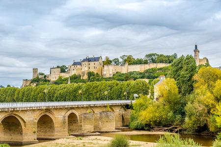Forteresse ・ ロワイヤル ・ デ ・ シノンと歴史的な橋
