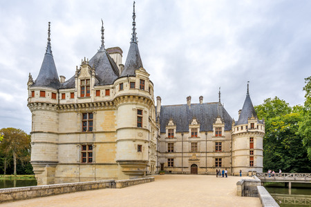 french renaissance: Azay le Rideau, Francia - agosto 25,2014 - Ver en el castillo de Azay le Rideau.Built entre 1518 y 1527, este ch teau es considerado uno de los ejemplos m�s destacados de arquitectura de comienzos del renacimiento franc�s.