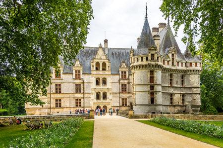 french renaissance: Azay le Rideau, Francia - agosto 25,2014 - Entrada al castillo de Azay le Rideau.Built entre 1518 y 1527, este ch teau es considerado uno de los ejemplos m�s destacados de arquitectura de comienzos del renacimiento franc�s.