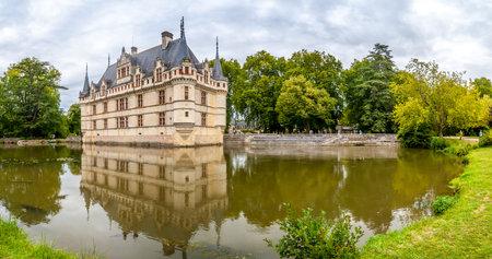 french renaissance: Azay le Rideau, Francia - agosto 25,2014 - Chateau Azay le Rideau con moat.Built entre 1518 y 1527, este ch teau es considerado uno de los ejemplos m�s destacados de arquitectura de comienzos del renacimiento franc�s.