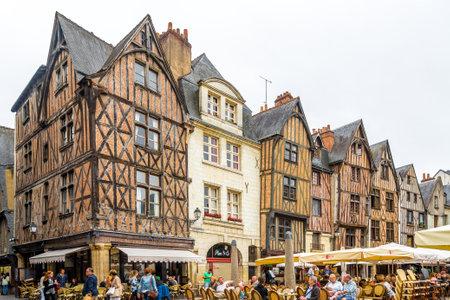 トゥール, フランス - 8 月 25,2014 - ツアーで歴史ある Place Plumereau。市内観光ツアーは 140,000 の人口がある、ル ジャルダン ・ デ ・ ラ ・ フランスと呼