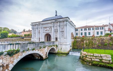 イタリアのトレヴィーゾの古い街への門
