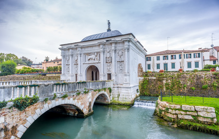Gate to old city of Treviso in Italy Standard-Bild