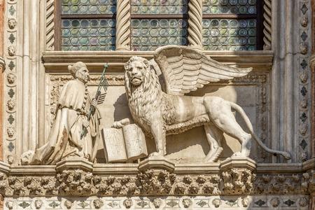 leon alado: Escultura de San Marcos con el le�n con alas - Venecia, Italia Foto de archivo