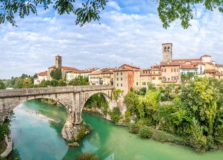川と悪魔の橋チヴィダーレ ・ デル ・ フリウーリ