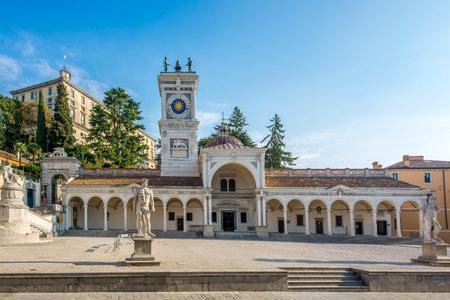リベルタ プレイス - イタリアのウーディネの時計塔