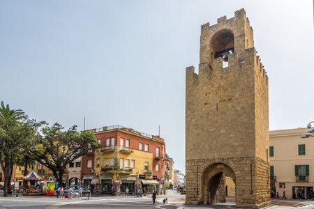 オリスターノ, イタリア - 9 月 20,2014 - サルデーニャのオリスターノの鐘楼。1290 年に建てられた、19 m 背の高い、古い壁の残りの最も顕著な証拠です