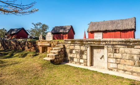 tumbas: tumbas reales de la colina Antsahadinta - Madagascar