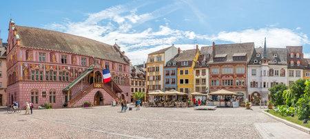 ミュルーズ、フランス - 8 月 28,2015 - で、ラ レユニオン広場ミュルーズの。ミュルーズ市内は、フランス東部、スイスとドイツの国境近くのコミュー