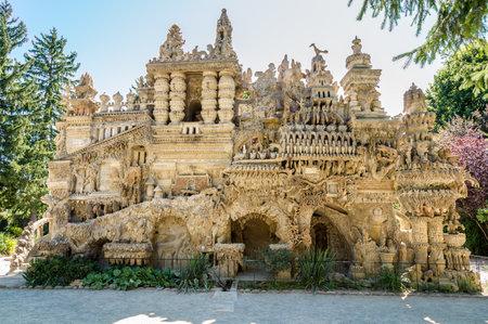 "Hauterives, France - AUGUST 29.2015 - Palais Hauterives.The 궁전에서 Chevalthe ""이상적인 궁전""이상 궁정은 궁전 미술 건축의 특별한 예로 간주됩니다."