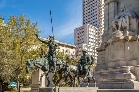 don quijote: MADRID, ESPA�A - abril 25,2016 - Cervantes Memorial con estatuas de Don Quijote y Sancho Panza. Cuadrado de Espa�a es un cuadrado grande y popular destino tur�stico, situado en el centro de Madrid.