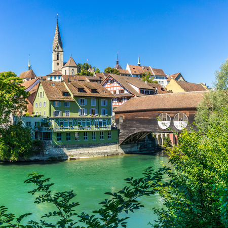 スイスの木製橋とバーデン市を見る
