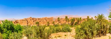 Panoramablick an den Gebäuden der alten Kasbah in der Oase Tinghir (Tinerhir) in Marokko Standard-Bild - 77314632