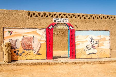 Merzouga, Marokko - 4. April 2017 - Gate Wohin werden Konzerte von Gnawa (Gnaoua) -Musik gehalten. Das Zentrum für Essaouira Gnawa-Musik befindet sich im Süden von Marokko. Standard-Bild - 77283680
