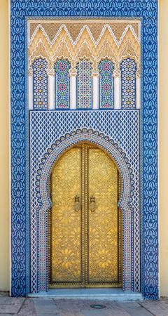 Verzierte Türen am königlichen Palast in Fez - Marokko Standard-Bild - 77595192