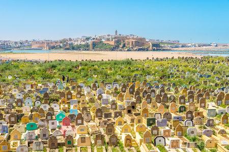 VERKOOP, MAROKKO - APRIL 8,2017 - Mening bij de moslimbegraafplaats in Verkoopstad. Sale is een stad in het noordwesten van Marokko, aan de rechteroever van de Bou Regreg, tegenover de nationale hoofdstad Rabat.