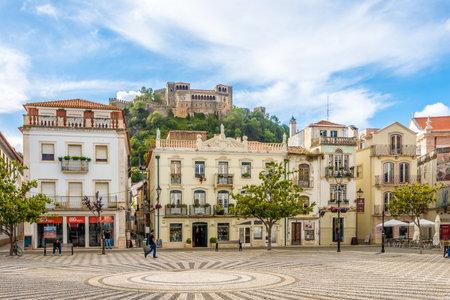 Leiria, PORTUGAL - MAIO 11,2017 - Na praça Francisco Rodrigues Lobo em Leiria. Leiria está localizada na região Centro, a meio caminho entre Lisboa e Porto. Foto de archivo - 79771810
