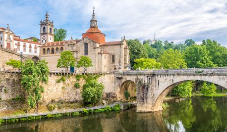 사오 도밍고의 교회와 Amarante의 수도원 Sao Goncalo - 포르투갈에서 봅니다. 스톡 콘텐츠