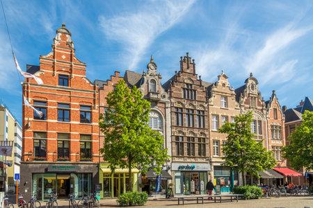MECHELEN, BELGIEN - 17. MAI 2018 - Auf den Straßen in Mechelen. Mechelen ist eine der bedeutendsten Städte der historischen Kunst in Flandern.