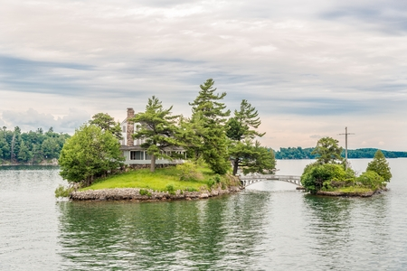 KINGSTON,CANADA - JUNE 24,2018 - Thousand Islands at the Saint Lawrence river. The Thousand Islands constitute an archipelago of 1,864 islands. 에디토리얼
