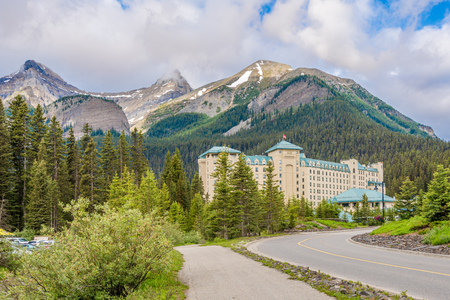 LOUISE LAKE,CANADA - JUNE 30,2018 - Chateau Lake Louise in nature of Candadian Rocky Mountain. Lake Louise is a glacial lake within Banff National Park 新聞圖片