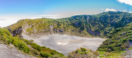 Panoramic view to the Crater of Diego de La Haya at Irazu Volcano National Park - Costa Rica Banque d'images