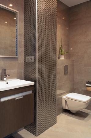 Modern bathroom with a mosaic column