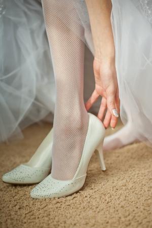 Vackra ben av den unga bruden Stockfoto