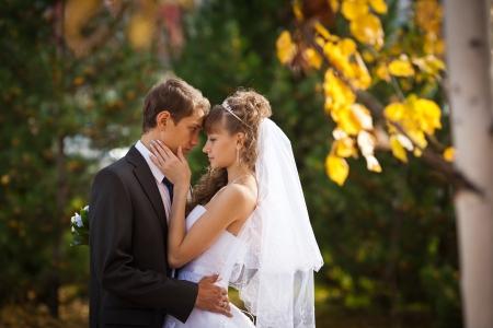 Lyckliga unga paret precis gift - bröllopsdag Stockfoto