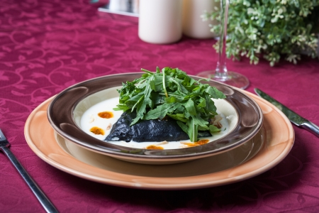 Ravioli fyllda med bläckfisk bläck, skaldjur och ost Stockfoto