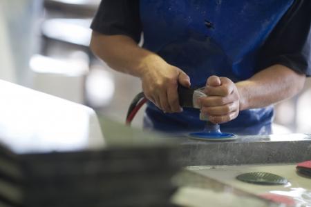 canicas: trabajar en pulir la columna de piedra verde