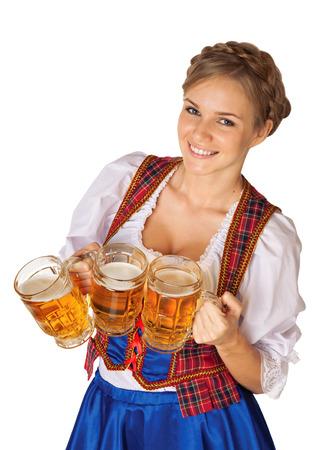 octoberfest: Mujer Oktoberfest sexy joven llevaba una tradicional dirndl vestido bávaros sirven jarras de cerveza Foto de archivo