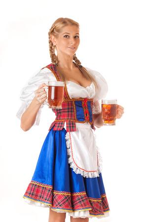 Sexigt Oktoberfest kvinna som bär en traditionell bayerska klänning dirndl serverar öl muggar Stockfoto