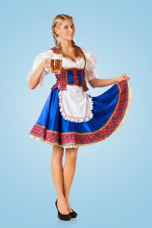 Junge sexy Oktoberfest Frau trägt einen traditionellen bayerischen Kleid Dirndl serviert Bier Becher Standard-Bild - 30174955