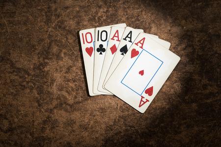 alte Spielkarten aus einer Kombination von Poker Full House gesammelt