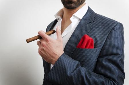 hombre fumando puro: Hombre de negocios en un traje con pañuelo rojo cigare fumar