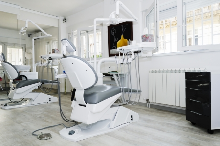 uniformes de oficina: Consultorio dental con dos sillas dentales Foto de archivo