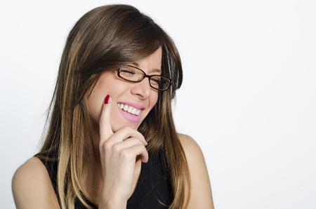 ortodoncia: Hermoso retrato de una chica despreocupada, amable, accesible con una sonrisa impresionante y lindo aspecto