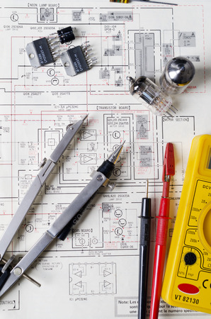 redes electricas: Amplificador de válvulas esquemático electrónico con transistores y otros equipos