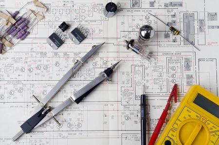 트랜지스터 및 기타 장비와 전자 회로도 진공관 앰프 스톡 콘텐츠