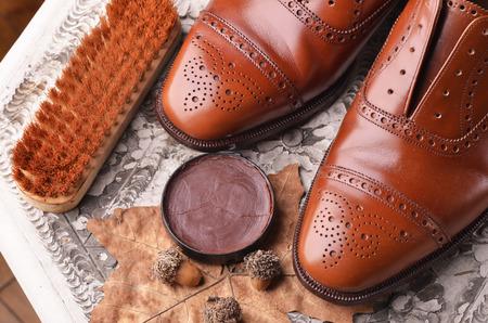 chaussure: Chaussures en cuir marron sur la table avec des équipements de polissage