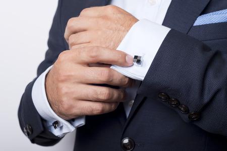 punos: Estilo del hombre. vistiendo traje, camisa y los pu�os
