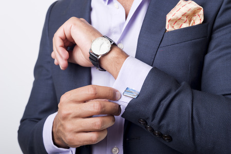 vistiendose: Estilo del hombre. vistiendo traje, camisa y los pu�os