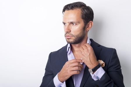 vistiendose: Estilo del hombre. vistiendo traje, camisa y los puños