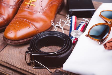 ropa casual: Accesorios para hombres en la mesa de madera de �poca