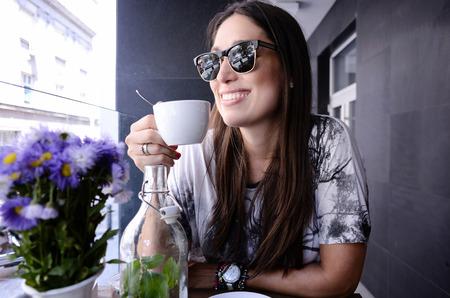 tomando café: Joven hermosa beber café gilr