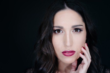 red lips: Retrato de mujer hermosa, se centran en los ojos, profundidad de campo Foto de archivo