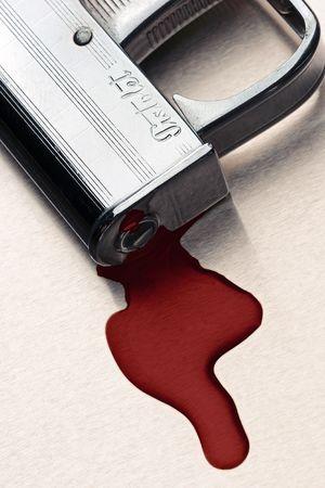 artillery shell: pistola peque�a con la piscina de la sangre debajo del inyector - muestra