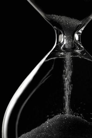 reloj de arena: el tiempo est� deslizando lejos - el hourglass en negro